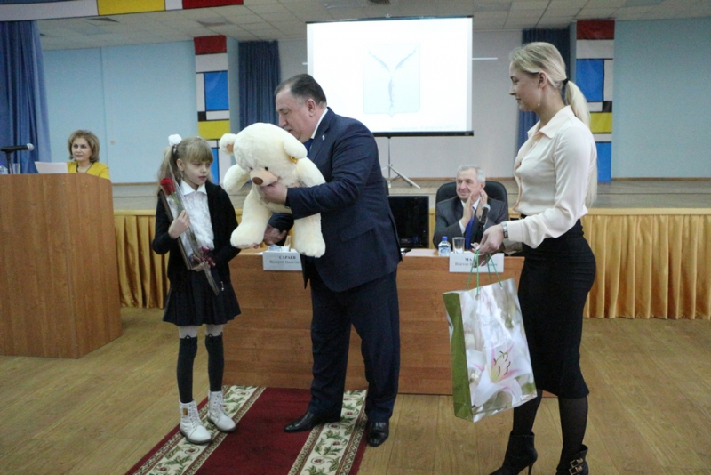 Очередная школьница получила вподарок от В.Путина его портрет