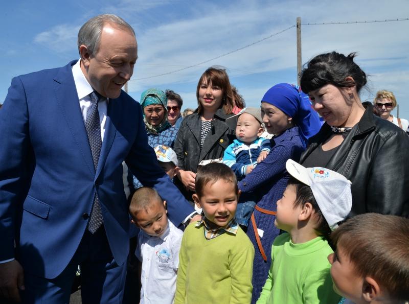 Граждане села Кочетное поблагодарили губернатора за новейшую неповторимую школу