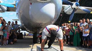 Саратовский атлет Максюта дважды сдвинул 50-тонный самолет
