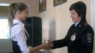 ГУ МВД наградило школьниц за помощь в поимке разбойника