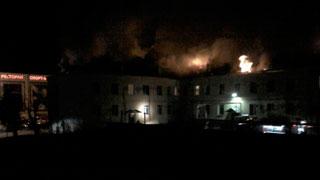 Огонь уничтожил крышу многоквартирного дома на улице Мира