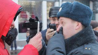 Саратовские коммунисты отбивались от полицейских с видеокамерами