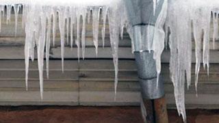 В центре Саратова гимназисту на голову свалился лед