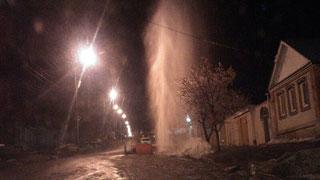На Вольской 12 часов из-под земли бьет трехметровый фонтан