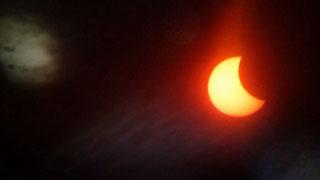 Жители Саратова публикуют в соцсетях фотографии солнечного затмения