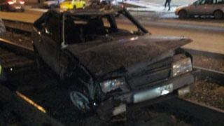 Возле Губернского рынка на рельсах разбился «ВАЗ-2108»