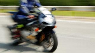 У моста Саратов-Энгельс мотоциклист сбил полицейского и скрылся