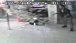 Камера видеонаблюдения сняла погром магазина «Гроздь» в Саратове