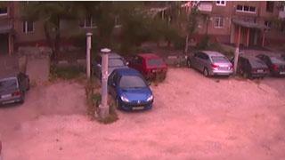 В Саратове пешеход едва не стал жертвой разбушевавшегося ветра