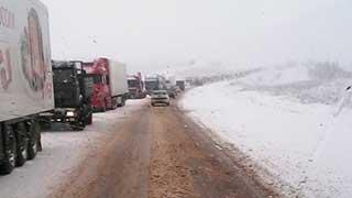 В Саратовской области на трассах столпились грузовики из-за снега