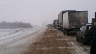 Очевидцы: Фура перекрыла трассу Саратов-Пенза
