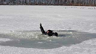 Мужчина провалился под лед при попытке ловли рыбы