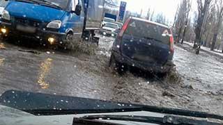 Улицу Шехурдина затопило из-за крупной коммунальной аварии