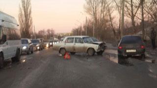 «ВАЗ» встал поперек дороги и парализовал движение в Елшанке