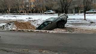 Кроссовер упал в глубокую яму на Ипподромной