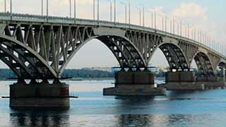 На мосту Саратов-Энгельс мужчина перелез перила и пригрозил прыгнуть