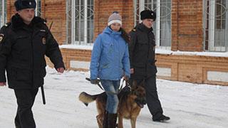 Девушка с овчаркой помогает полиции патрулировать улицы Вольска