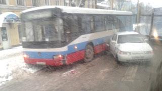 На Московской столкнулись автобус №284 и легковушка