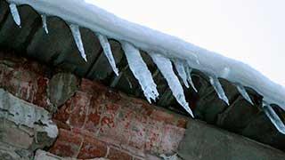 На Московской глыба льда травмировала женщину