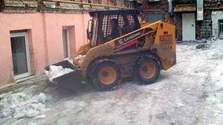 Из центра Саратова за день вывезли 160 кубометров наледи и снега