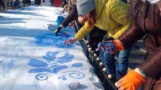 На площади Кирова саратовцы раскрасили сугробы