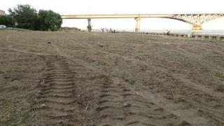 Тяжелая техника выровняла «дикий пляж» под мостом Саратов - Энгельс