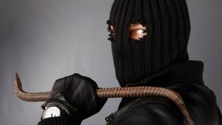 Мужчина в маске и с железным прутом напал на сельский магазин