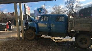 В центре Саратова грузовик после столкновения с «ВАЗом» сбил девушку и врезался в столб
