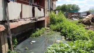 Чиновники предложили починить канализацию в потрескавшемся доме с затопленным подвалом