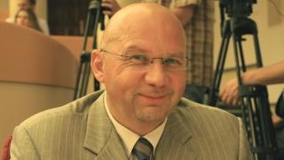 Депутат Комаров работнику КУИ Саратова: Меньше взяток надо брать