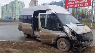 В Энгельсе грузовик врезался в маршрутку. 7 пассажиров госпитализированы