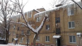 УК пообещала саратовцам сбить гигантские сосульки с крыши после новогодних праздников