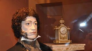 В музее краеведения выставили фарфорового Пушкина в натуральную величину